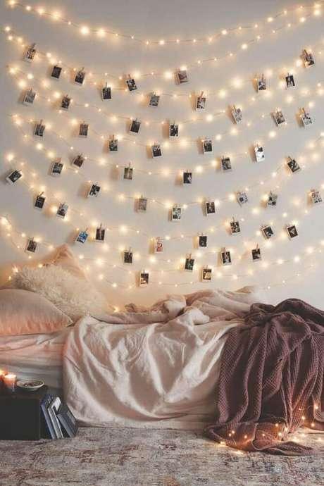45. Mural de foto feito com fios de luzinhas pisca pisca para quarto com estilo hygge – Foto: Athens Voice