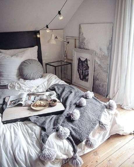 46. Hygger decor para quarto com varal de lâmpadas, quadros apoiados no piso e tons de cinza na maior parte do ambiente – Foto: The Funny Mummy