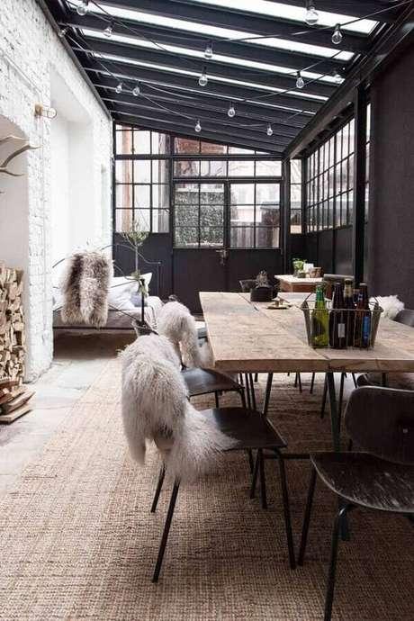 65. Hygge decor para varanda decorada com mesa de madeira – Foto: Casa Très Chic