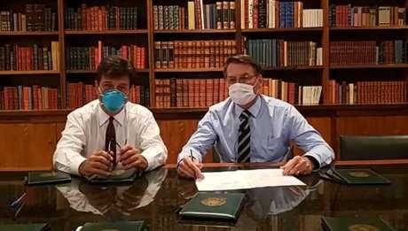 Presidente Jair Bolsonaro e o ministro da Saúde, Luiz Henrique Mandetta, usam máscaras cirúrgicas em liveno Facebook