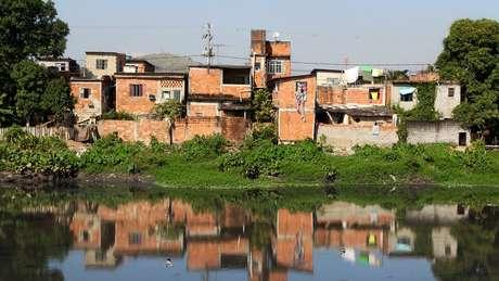 Casas precárias no Rio de Janeiro; Gilson Rodrigues cita problemas antigos das favelas, como de saneamento, que se exacerbam em crises como a atual de coronavírus
