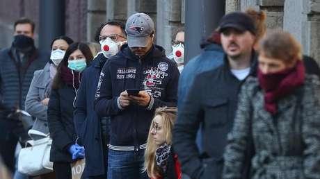 Fila de pessoas do lado de fora de centro para testagem de coronavírus em Frankfurt, na Alemanha 18/03/2020 REUTERS/Kai Pfaffenbach