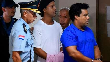 Ronaldinho vai comemorar o aniversário de 40 anos com os outros presos (Foto: Norberto DUARTE / AFP)