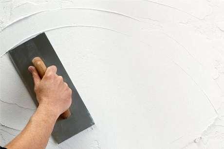 5. O terceiro passo de como pintar parede é passar a massa corrida – Foto: Hometeka
