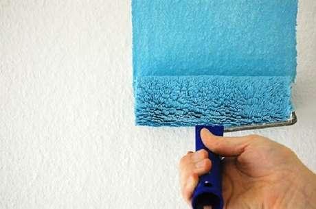 9. É preciso um cuidado especial ao pintar uma parede com textura – Foto: Terceirização