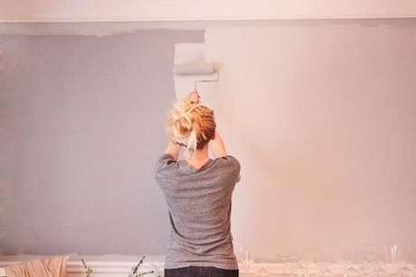 7. Assim como a segunda mão de tinta para um bom acabamento de como pintar parede – Foto: Hometeka