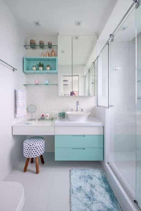 83. Decoração azul Tiffany e branco para banheiro planejado pequeno – Foto: Conexão Décor