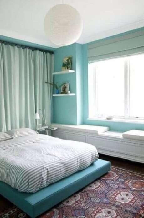 84. Decoração para quarto azul Tiffany com cama japonesa e luminária branca redonda – Foto: Pinterest