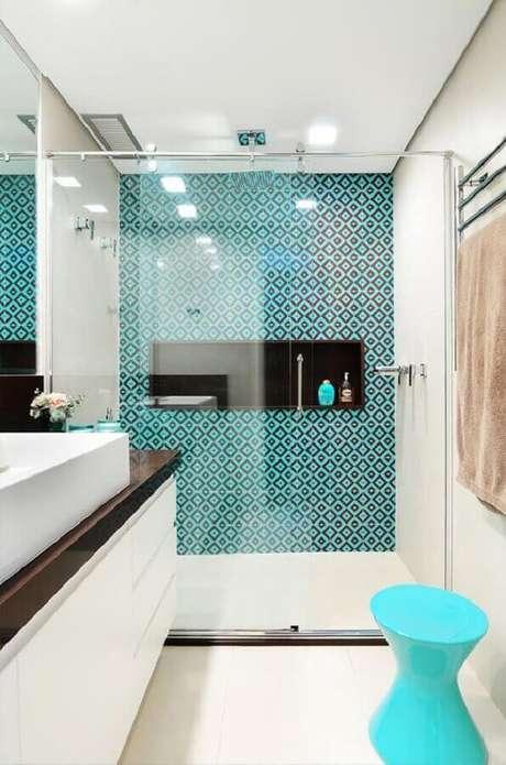 87. Decoração moderna para banheiro planejado com banqueta e revestimento azul Tiffany – Foto: Decor Salteado