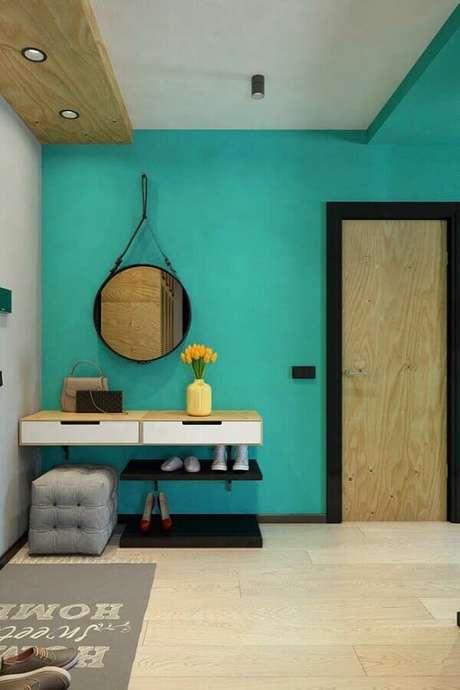 90. Parede de hall de entrada pintada de azul Tiffany e decorada com espelho adnet – Foto: Pinterest