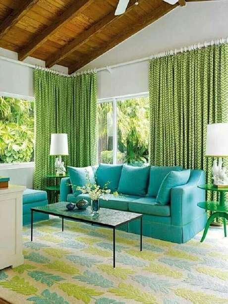 94. Decoração para sala com sofá azul Tiffany e cortinas verdes – Foto: Decoração 24