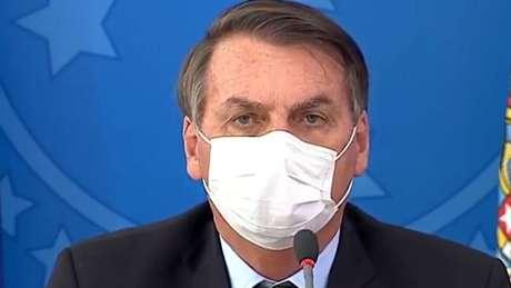 Presidente Jair Bolsonaro concedeu entrevista coletiva usando máscara nesta quarta-feira