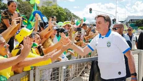 Em foto do último domingo (15), o presidente cumprimentou diversos seguidores em meio a pandemia de coronavírus