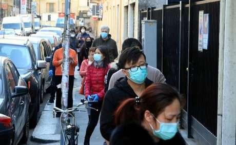 População nas ruas de Milão, na Lombardia
