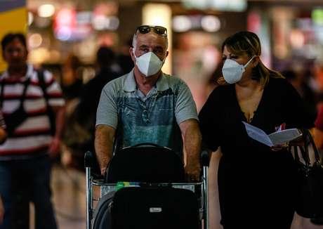Com medo de contaminação pelo coronavírus, passageiros e funcionários usam máscaras de proteção no Aeroporto de Cumbica, em Guarulhos, na Grande São Paulo.