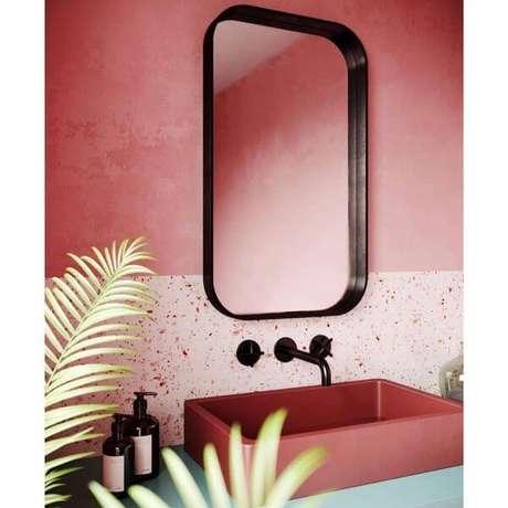 4. Banheiro rosa com revestimento moderno – Via: Pinterest