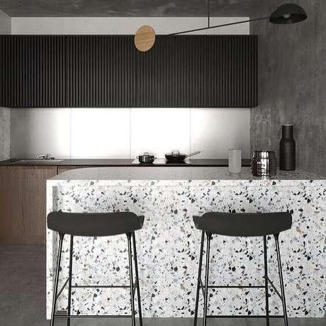 25. Ilha de cozinha moderna com armários preto – Via: Complices Desing