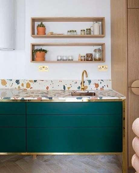 28. Cozinha colorida com bancada de granilite – via: Pinterest
