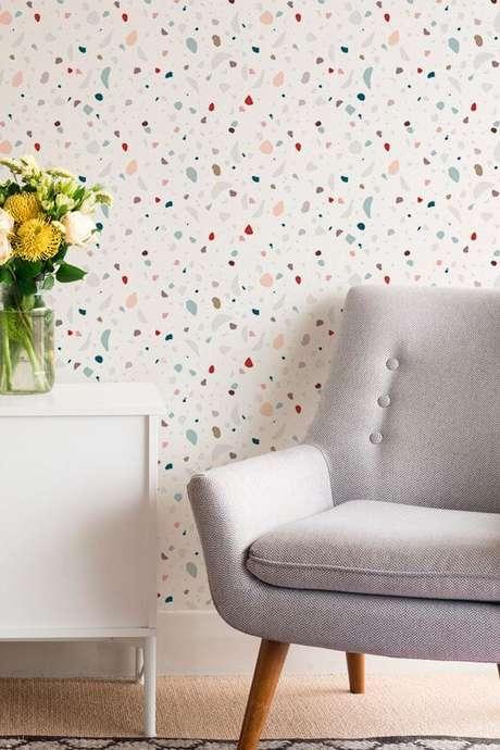 8. Papel de parede colorido com móveis neutros – Via: Pinterest