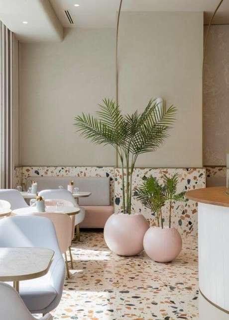 37. Sala de jantar moderna com piso colorido – Via: Inspirar Casa