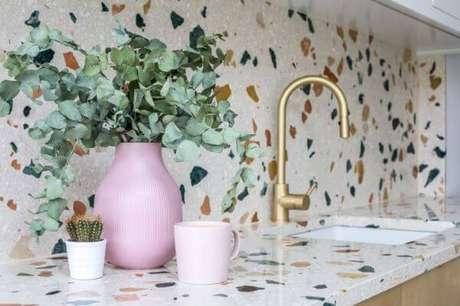 1. Revestimento de cozinha granilite com torneira dourada – Via: Pinterest