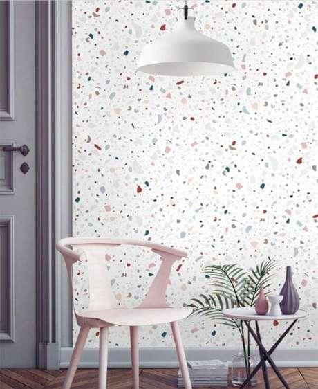 44. Papel de parede granilite com móveis cinza e cor de rosa – Via: Inspira Casa