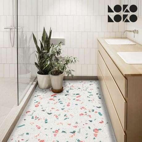 11. Piso granilite colorido para banheiro branco – Via: Pinterest