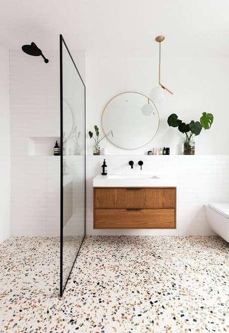 12. Piso colorido para banheiros neutros e claros – Via: Casa Vogue