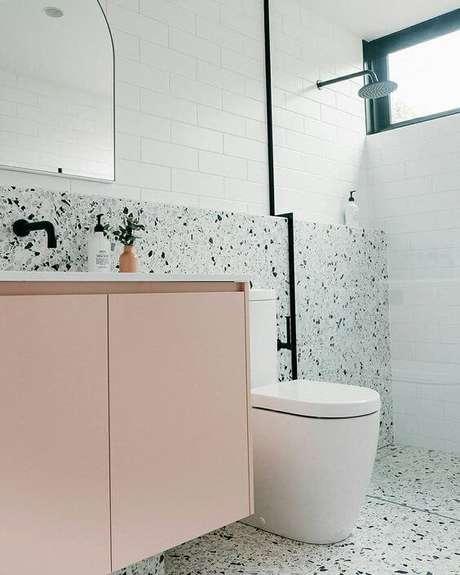 18. Revestimento verde para banheiro com armário cor de rosa – Via: Pinterest
