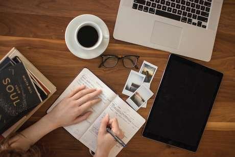 Mediante as recomendações da Organização Mundial da Saúde (OMS), empresas têm adotado o home office como regime de trabalho