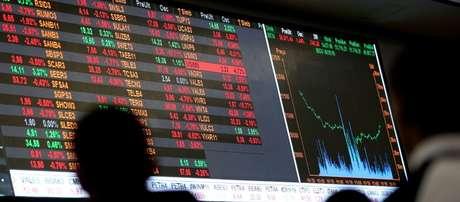 Pessoas olham para quadro eletrônico mostrando o gráfico das recentes flutuações dos índices de mercado no pregão da Bolsa de Valores da BM&F Bovespa, no centro de São Paulo 09/05/2016 REUTERS/Paulo Whitaker