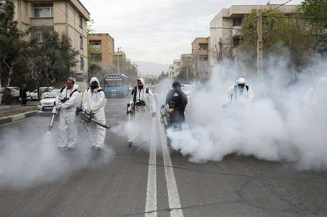 Bombeiros com roupa de proteção desinfectam ruas de Teerã 18/03/202 WANA (West Asia News Agency)/Ali Khara via REUTERS
