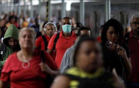 Passageiros caminham em plataforma de trem da Central do Brasil, no Rio de Janeiro 17/03/2020 REUTERS/Ricardo Moraes