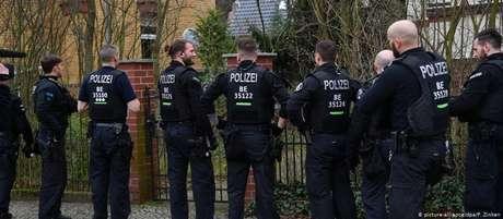 Policiais cumprem mandados de busca e apreensão contra grupo neonazista em Berlim