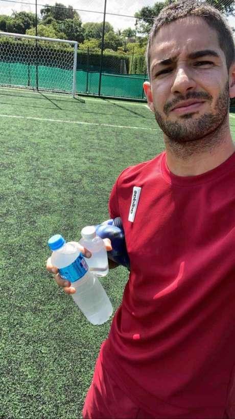 Alexandre Pato, munido com água e álcool gel, se preparando para treinar - FOTO: Reprodução/Twitter
