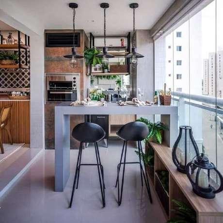 5. Invista em pisos e revestimentos fáceis de limpar para a sua área gourmet pequena com churrasqueira – Foto: Casinha Arrumada
