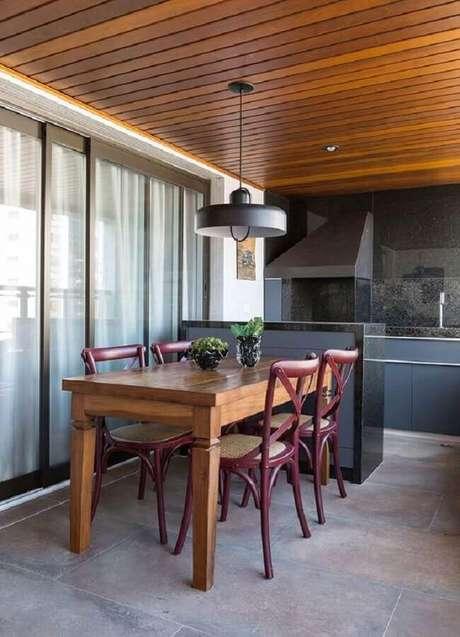 15. Decoração de apartamento planejado com área gourmet pequena e simples com armários cinza e mesa de madeira – Foto: Casa de Valentina