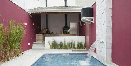 22. Nessa área gourmet pequena com piscina foi possível até mesmo de instalar uma pequena cascata – Foto: Dicas Decor