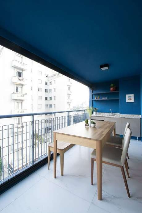 24. Área gourmet pequena e simples decorada com paredes e teto azuis – Foto: A.M Studio Arquitetura