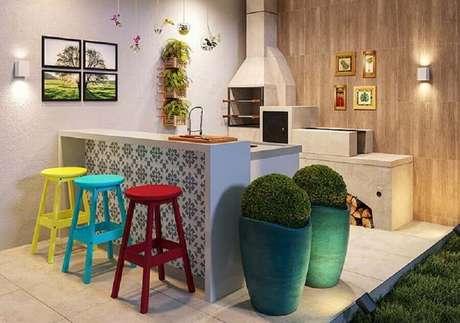 27. Banquetas coloridas para decoração de área gourmet externa pequena com churrasqueira – Foto: Pinterest
