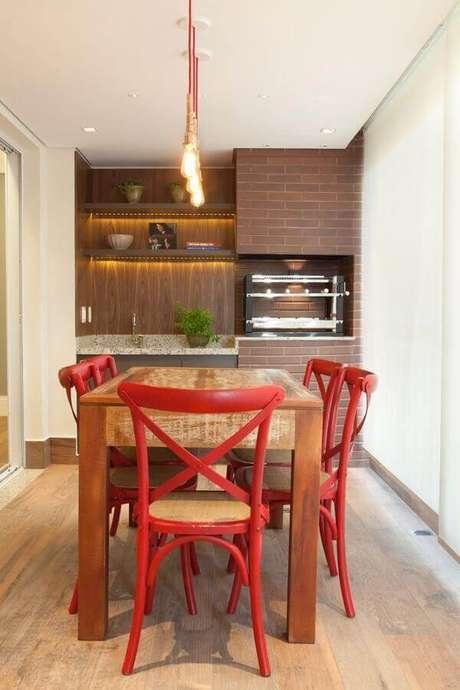 31. Decoração com cadeiras vermelhas para apartamento com área gourmet pequena planejada – Foto: Liliana Zenaro