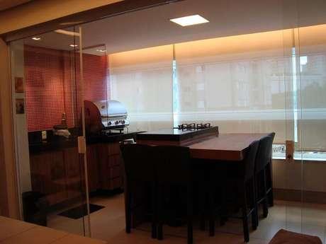 32. Decoração para área gourmet pequena e simples com churrasqueira elétrica e cooktop – Foto: Jackeline Aguiar