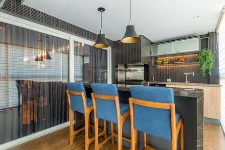 35. Decoração com banquetas azuis e revestimentos pretos para apartamento com área gourmet pequena e simples – Foto: Cristina Reinert