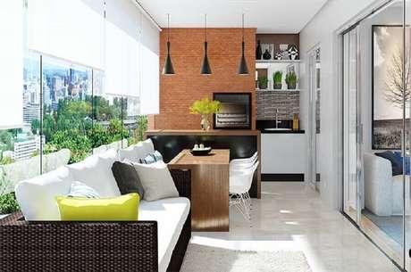 38. Decoração de apartamento com área gourmet pequena com churrasqueira e bancada preta – Foto: Pinterest