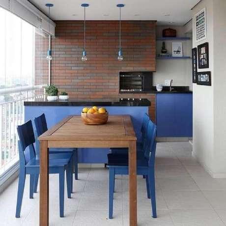 39. Decoração de apartamento com área gourmet pequena com churrasqueira e móveis pintados de azul – Foto: Muito Chique