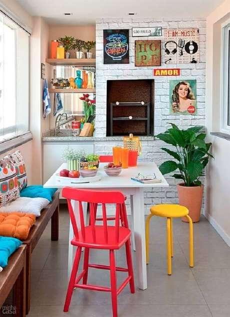 40. Cadeiras e almofadas coloridas para um toque alegre na decoração de apartamento com área gourmet pequena com churrasqueira – Foto: Fashionismo