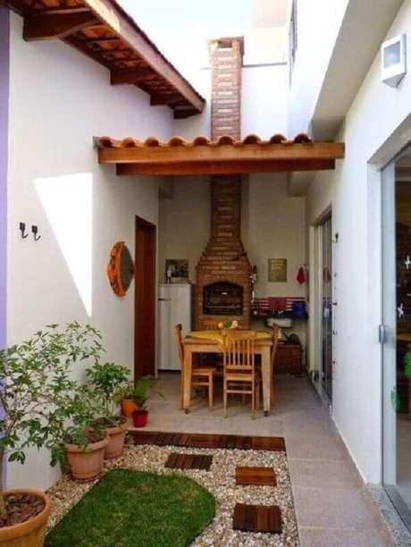 7. Um jardim bem cuidado pode fazer toda a diferença na sua área gourmet pequena e simples – Foto: SOS Reforma e Construção