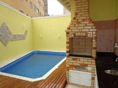 46. Decoração simples para área gourmet externa pequena com piscina e churrasqueira – Foto: Achou Mudou!