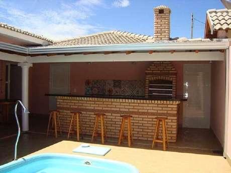 48. Decoração simples para área gourmet rústica pequena com piscina e churrasqueira – Foto: Pinterest