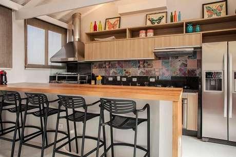 49. Ideia de decoração para área gourmet pequena com churrasqueira e bancada de madeira – Foto: Mendes Ortega